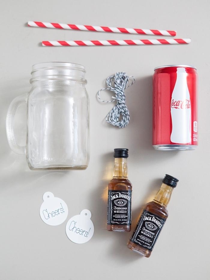 Kreatives Weihnachtsgeschenk selber machen, Whiskey Jack Daniels und Coca Cola mit Strohhalm in Einmachglas mit Henkel