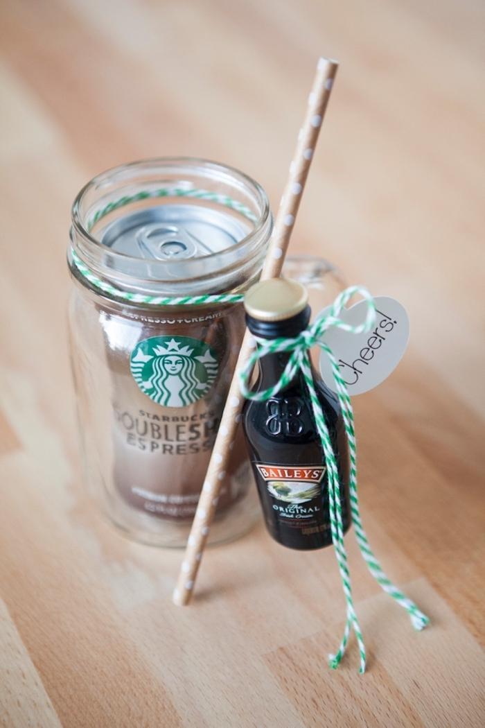 Espresso und Baileys in Glas mit Strohhalm und Anhänger zu Weihnachten schenken, cooles Geschenk für Freundin
