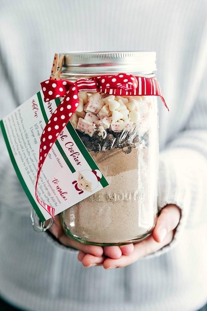 Schokoladenpulver, Marshmallows und Pralinen in Einmachglas füllen, mit roter Schleife und Anhänger verzieren