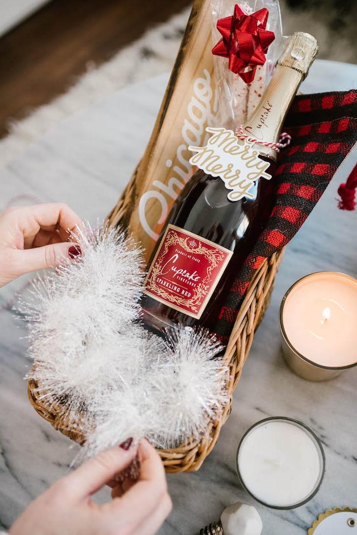 """Weinflasche mit Anhänger """"Merry Christmas"""", Geschenkkorb selber arrangieren, Duftkerzen und weiße Girlande"""