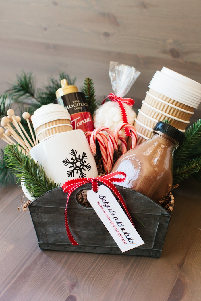 Geschenkkorb selbst zusammenstellen und zu Weihnachten schenken, heiße Schokolade, Becher und Süßigkeiten darin
