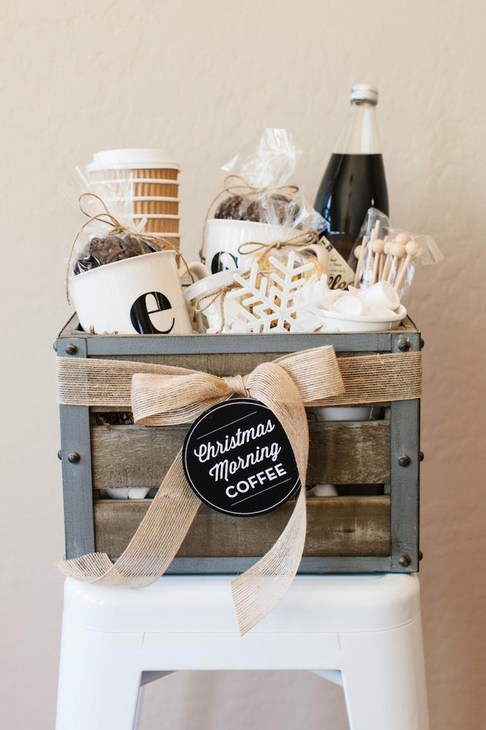 Geschenkkorb selber arrangieren, Kaffee Becher und Marshmallows darin, Anhänger und schöne Schleife