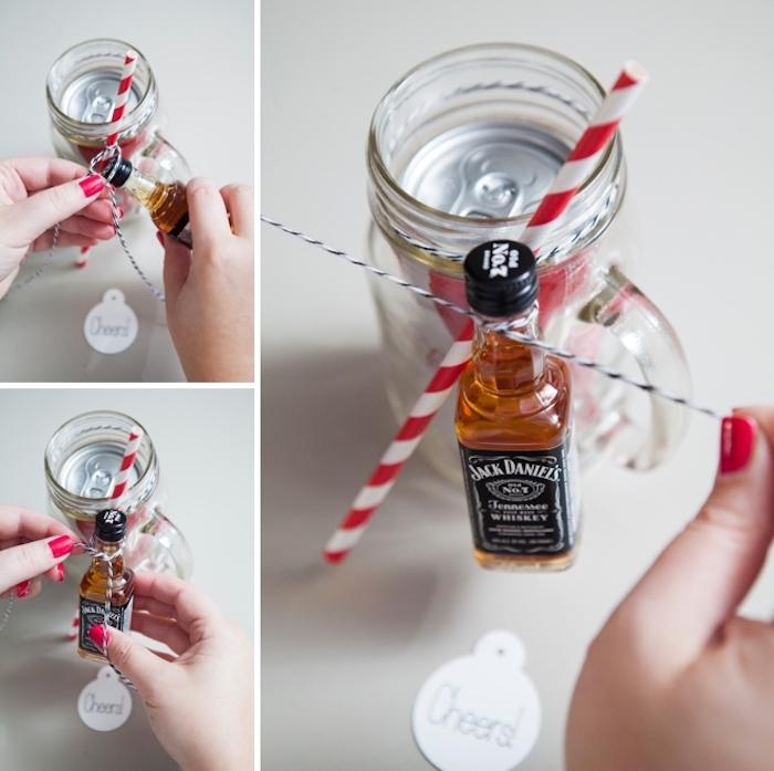 Ideen für originelle Weihnachtsgeschenke, Whiskey und Coca Cola in Glas, Strohhalm und Anhänger in Form von Weihnachtskugel