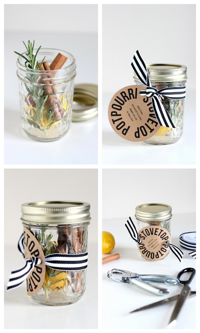 Rosmarin, Zimt und Zitrone in kleines Einmachglas füllen, Anhänger mit Dekoband befestigen