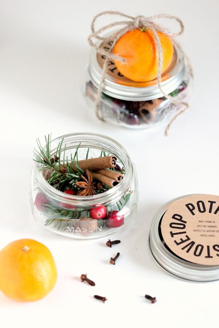 Zimt, Tannenzweige und Beeren in kleines Einmachglas füllen, Orange mit Faden am Glas befestigen