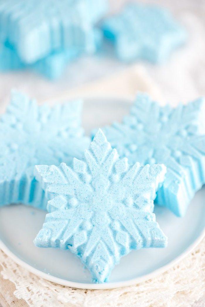 Badekugeln in Form von Schneeflocken selbst herstellen, ausgefallenes und praktisches Weihnachtsgeschenk selber machen