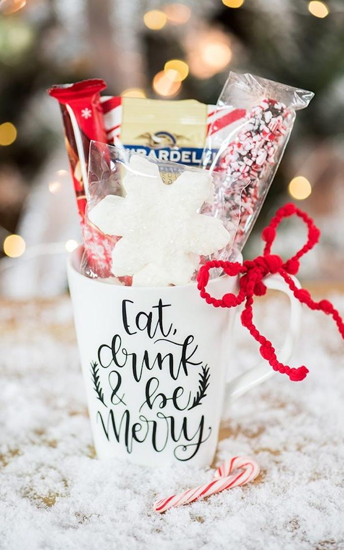 Personalisierte Tasse voll mit Leckereien zu Weihnachten schenken, DIY Weihnachtsgeschenke für Ihre Lieben