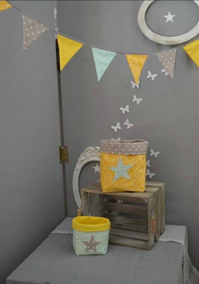wandfarbe design ideen, graue wandfarbe ideen zum dekorieren, gelbe deko ideen, kleine schmetterlinge, körber aus stoff