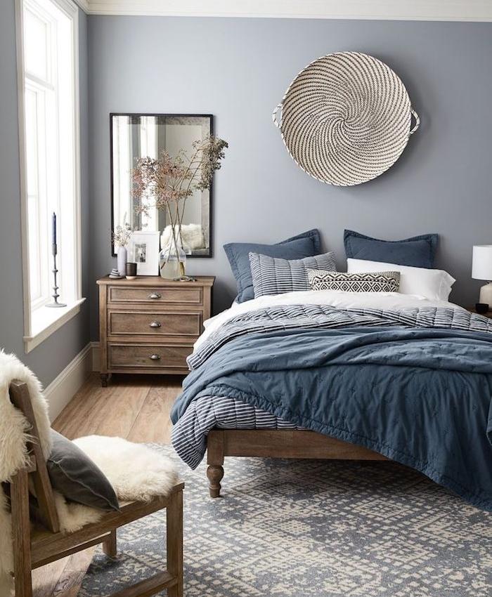 wandfarbe grau, holzoptik, holzdesign, teppich in natürlichen farben beige und grau blau, wanddeko korb