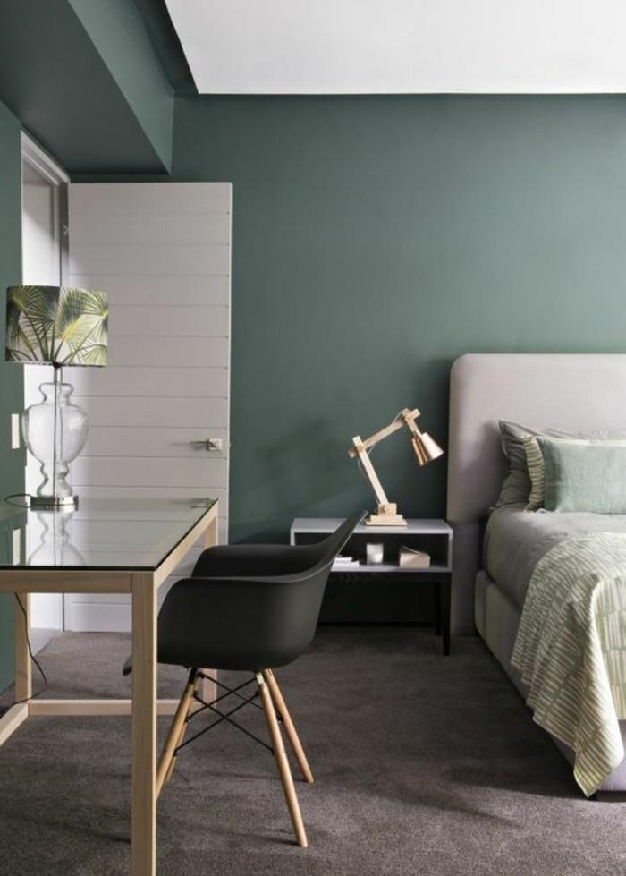 schöner wohnen ideen zum entlehnen, simples zimmerdesign in grüngrau und hellgrau, schwarzer stuhl am schminktisch