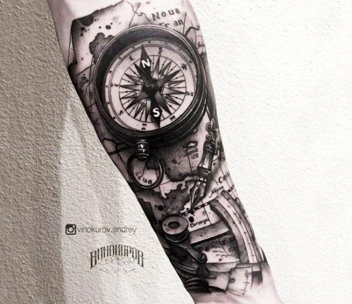 blackwork tätowierung, großes weltkarte tattoo in kombination mit kompass und machanischen elementen