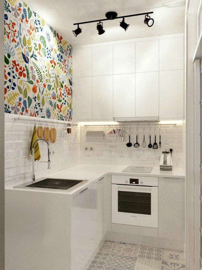 kleines zimmer einrichten, küche in weiß mit bunten deko elementen an der einen wand, spülbecken, backofen, gute beleuchtung