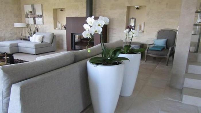 welche farben passen zusammen, hellgrau mit beige und lila kombi ideen, zwei große blumentöpfe mit orchideen