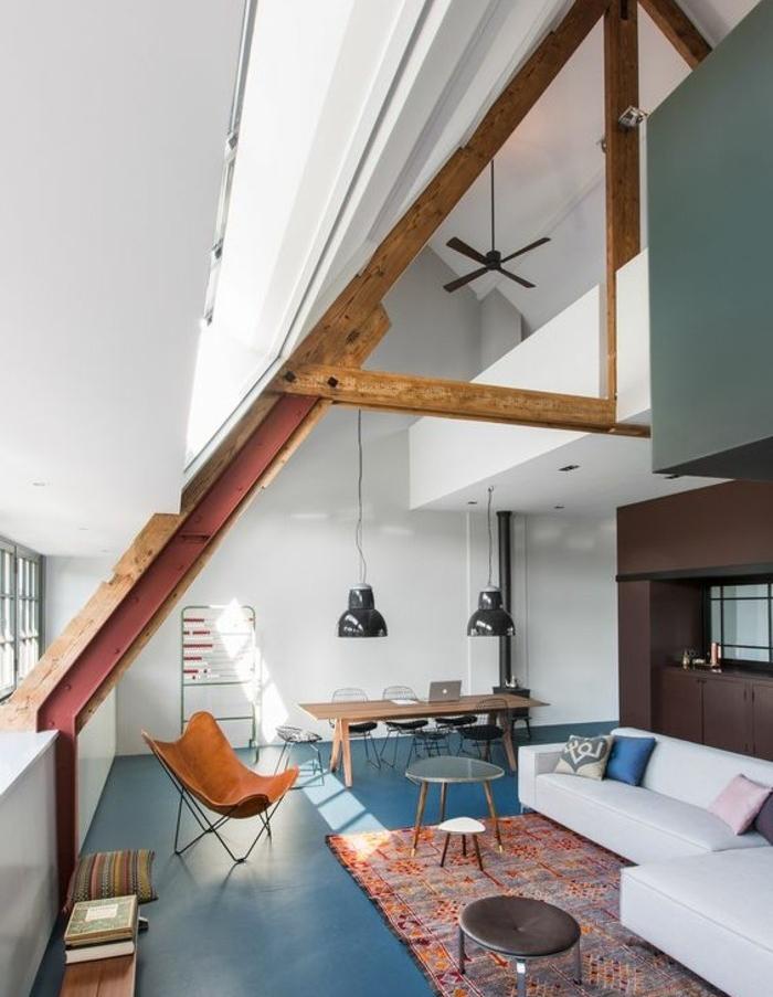 schöner wohnen, bunte farben, orange teppich, blauer boden, weißes großes wohndesign, maisonette