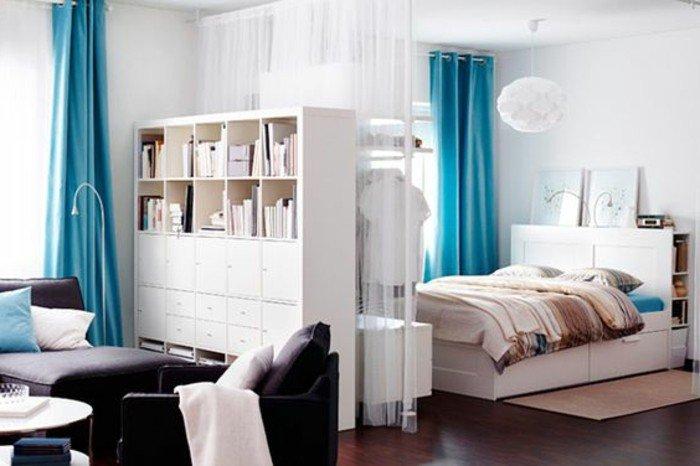 einzimmerwohnung einrichte ideen zum stil und gestalten, blaue vorhänge helle farben möbel und deko, optisch größer wirken