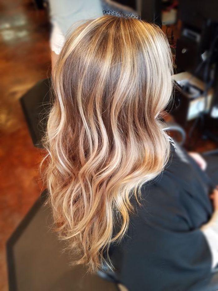 frauen frisuren trends, ein zimmer mit boden aus holz, eine junge frau mit haare mit langen blonden strähnchen