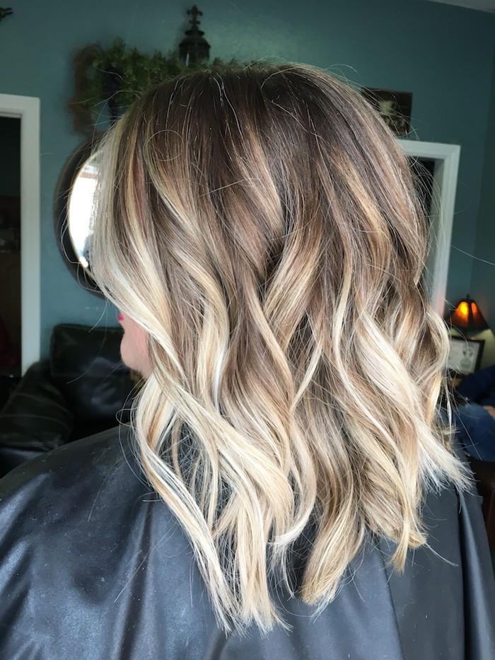 lange haare mit blonden strähnchen, eine damen frisur mit blonden strähnchen