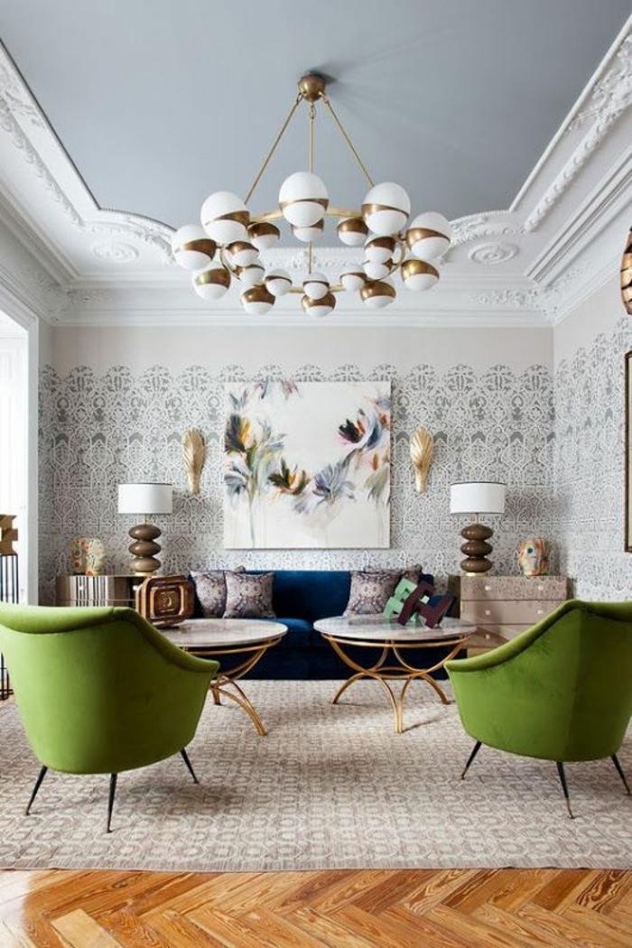 zwei grüne Sessel, beige Wände, zwei runde Tische, beiger Teppich, Wandgestaltung Ideen selber machen