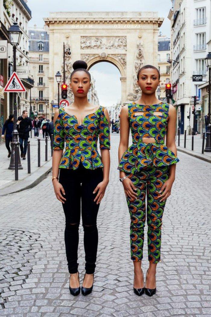afrikanische stoffe online kaufen ideen wie sie mit dem modernen stil zu kombinieren, zwei models stehen in der straße und machen fotos
