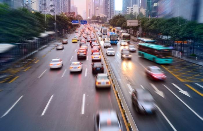 der Anfang von Smart Citys, viele Autos und Buss mit hohen Geschwindigkeit