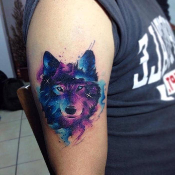 mann mit wolf tattoo am oberarm, blaue augen, lila und blaue akzente