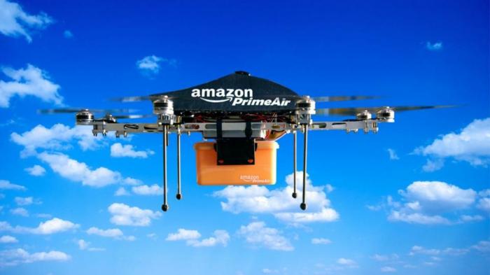ein Amazon PrimeAir, eine Paketdrohne mit einer Verpackung im Luft, Amazon Scout
