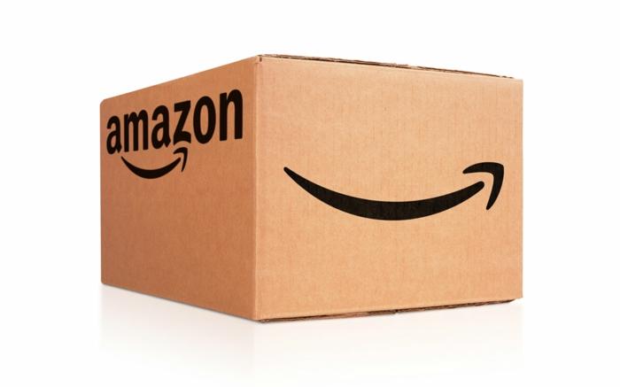 ein Lächeln von Amazon auf einem Karton, die Aufschrift Amazon auf dem Box