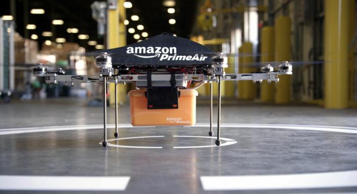 eine Drohne, Amazon PrimeAir mit einem Pakett auf dem Flugplatz, mit vielen Flossen