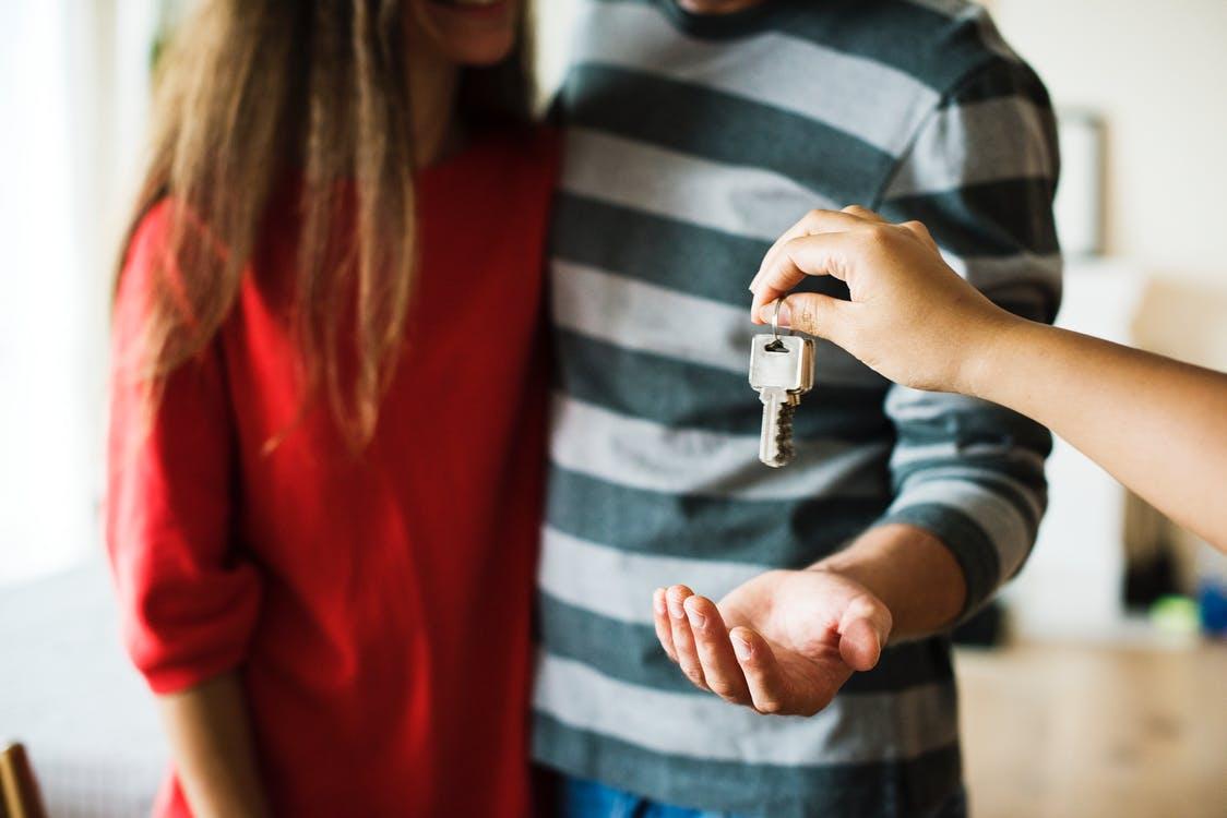 ein Paar bekommt der Schlüssel von der neuen Wohnung, Architekturpsychologie und Wohnpsychologie