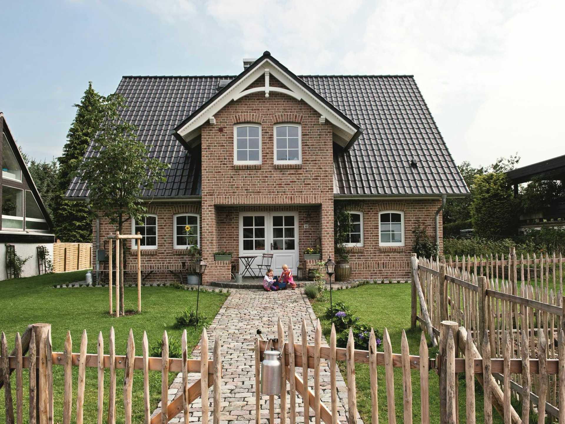 ein Musterhaus von Viebrockhaus, das erwünsche Haus mit Garten und die Kinder vorne