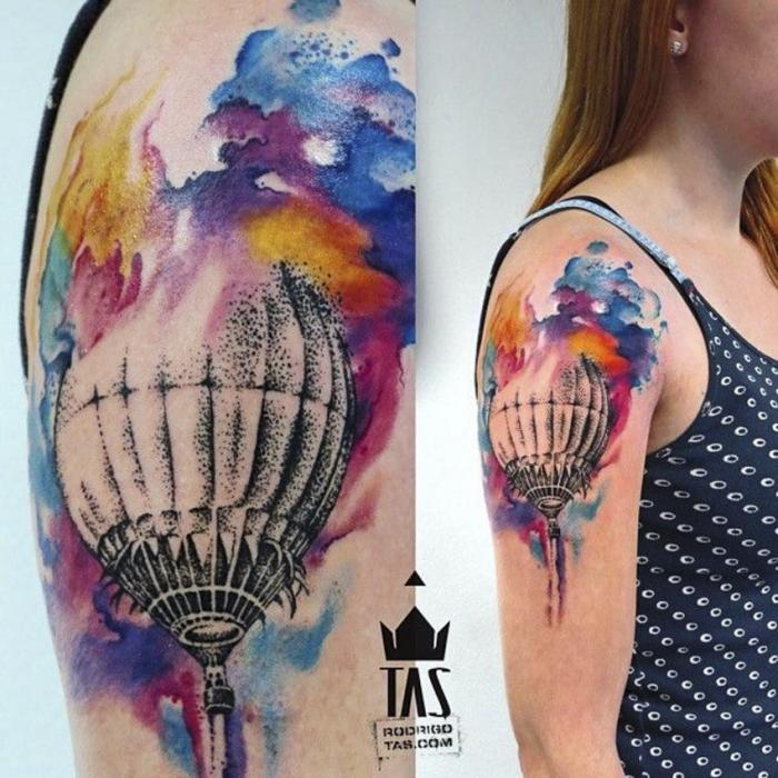 tätoweirung mit wasserfarben, schwarz grauer luftballon, arm tattoo frau