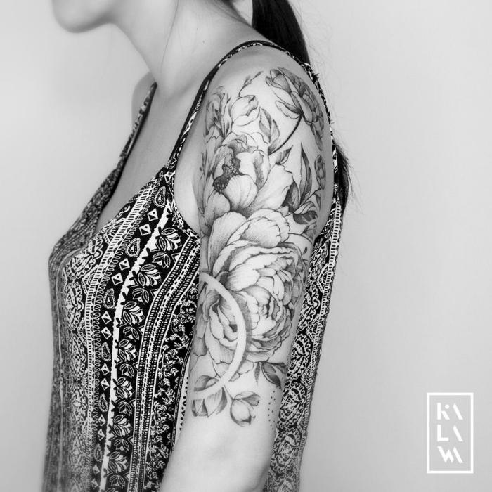 arm tattoo frau, halb sleeve tattoo mit hrysanthemen als motiv, blumen