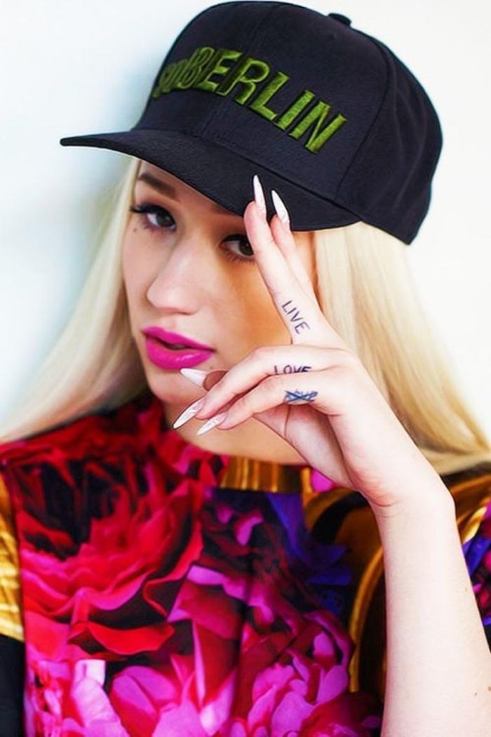 tattoo handgelenk und finger, eine junge frau mit langen blonden haaren und fingertattoos,, leben, lieben berlin, swag style