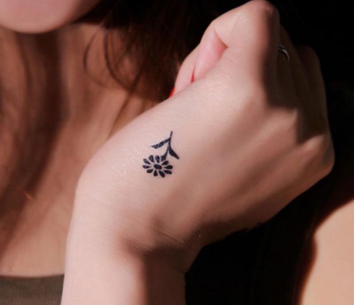 tattoo handgelenk eine kleine und sehr feine blume, dezente tattoo designs, arm, hand, designer ideen