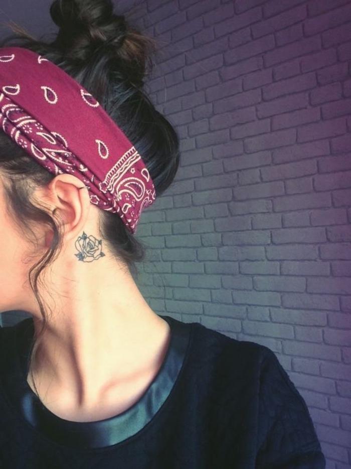 tattoo bilder für frauen und männern rose tattoo hinterm ohr, kopftuch, gangsta style, roter kopftuch