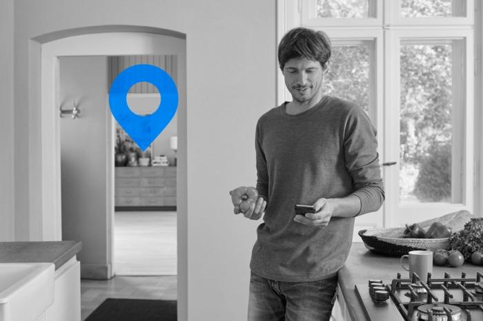 ein Smartphone in der Hand und sie finden ganz entspannt Ihre Schlüssel mit Bluetooth Navigation