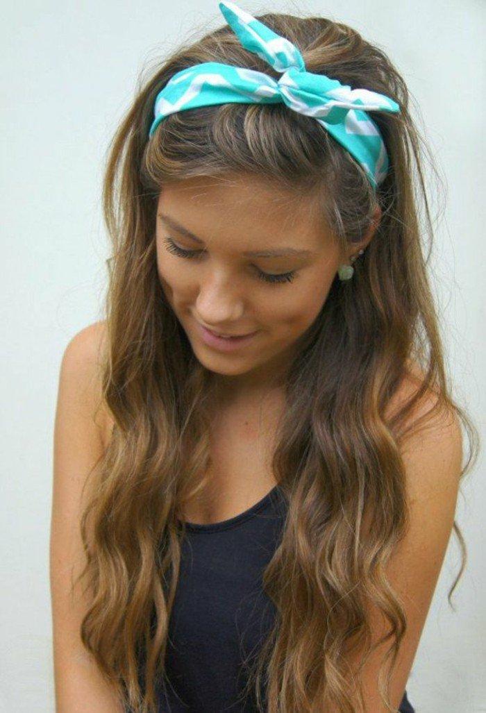 blonde frauen mit dunklen ansätzen, natürlich oder künstlich schöner look, blaue schleife in den haaren, romantische frisur