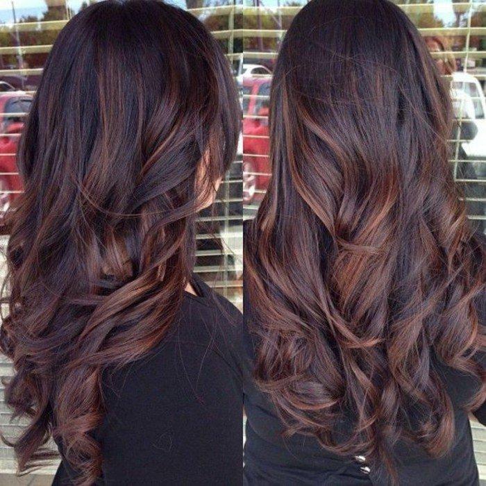 hellbraune haare an den spitzen, balayage haselnussbraun und lockige frisur, langes haar