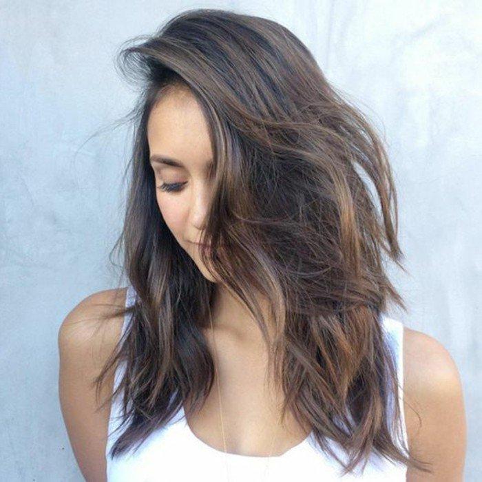 braune haare mit natürlich lockigen spitzen, weißer top, schöne frau, natürlicher look
