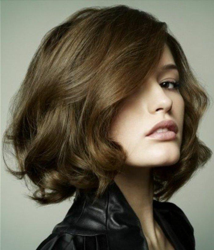 goldbraun haare, kurz bis schulterlang, schattierungen an dem haar, volle lippen, braune augen
