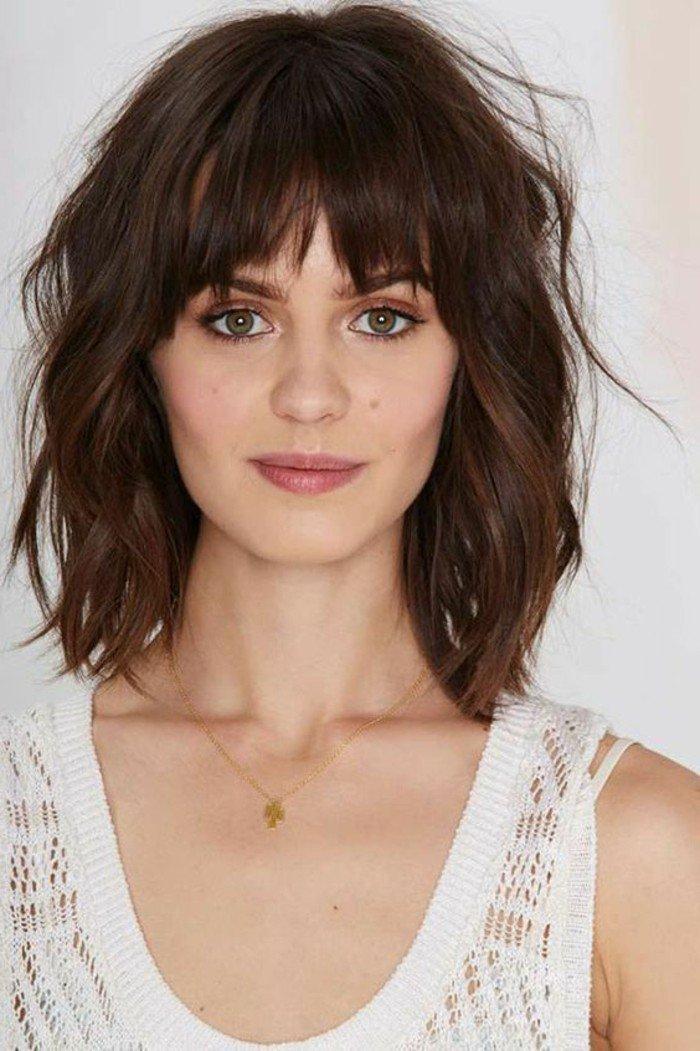 haarfarbe braun für jeden haarstyle, mittellange haare, weißer top, rosarote lippen, grüne augen, dezente halskette