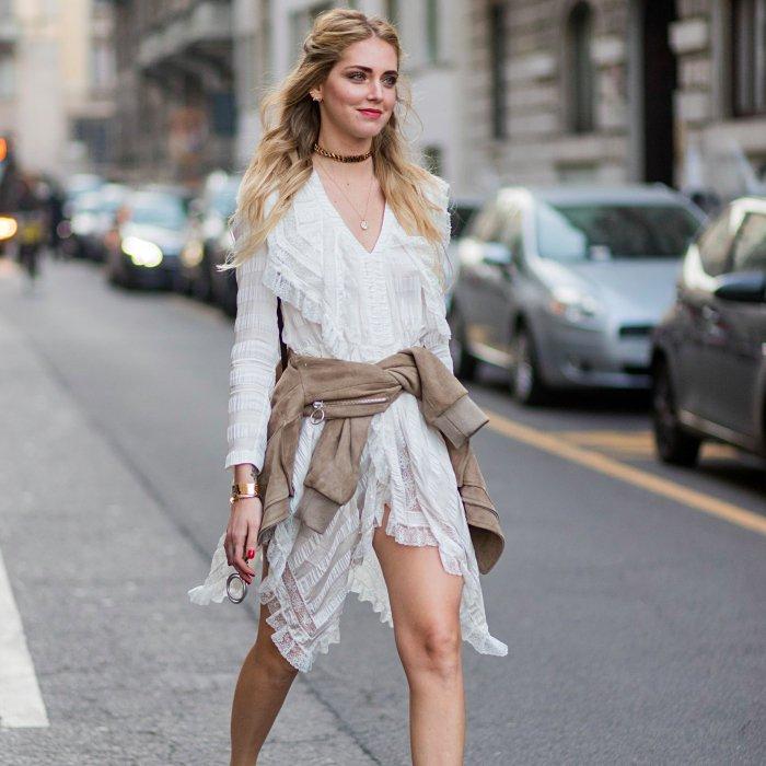 Chiara Ferragni mit einem weißen Kleid, lange blonde Haare und dezentes Make up, schöne Schmuckstücke
