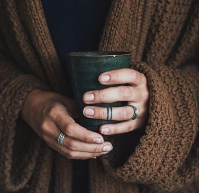 mini tattoos zum erstaunen, tattoos sehen wie ringe aus, designer ideen, eine frau hält ihre tasse mit tee oder kaffee
