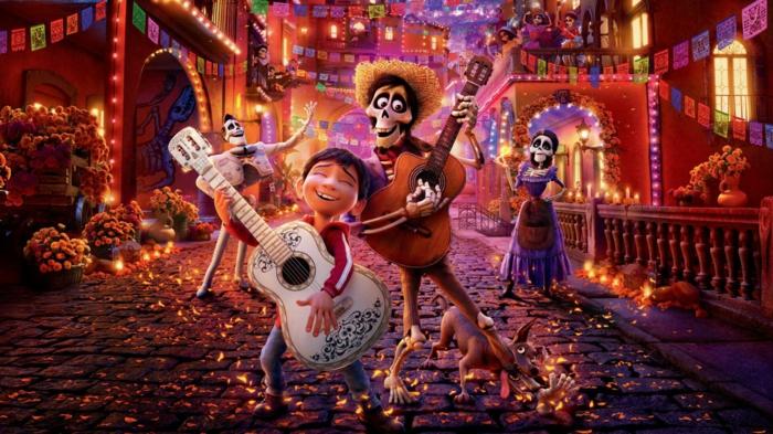 Coco und sein Freund spielen auf Gittaren, eine zauberhafte Geschichte von Disney Plus