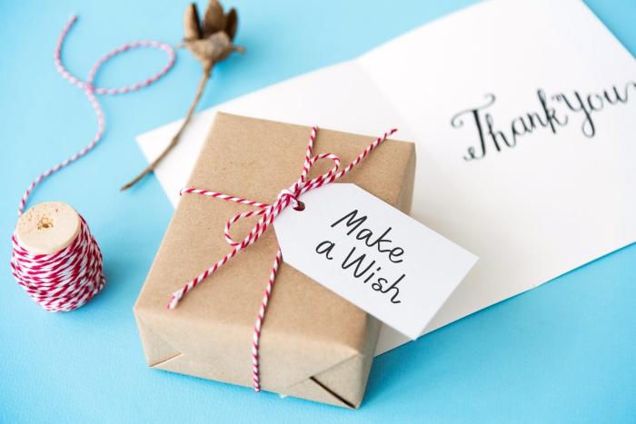 diy geschenke verpacken, braunes papier, doppelseitige schnur, selbstgemacht