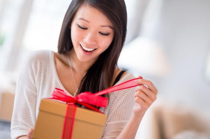 diy geschenke, was kann ich schenken, rote schleife, geschenkbox öffnen, frau