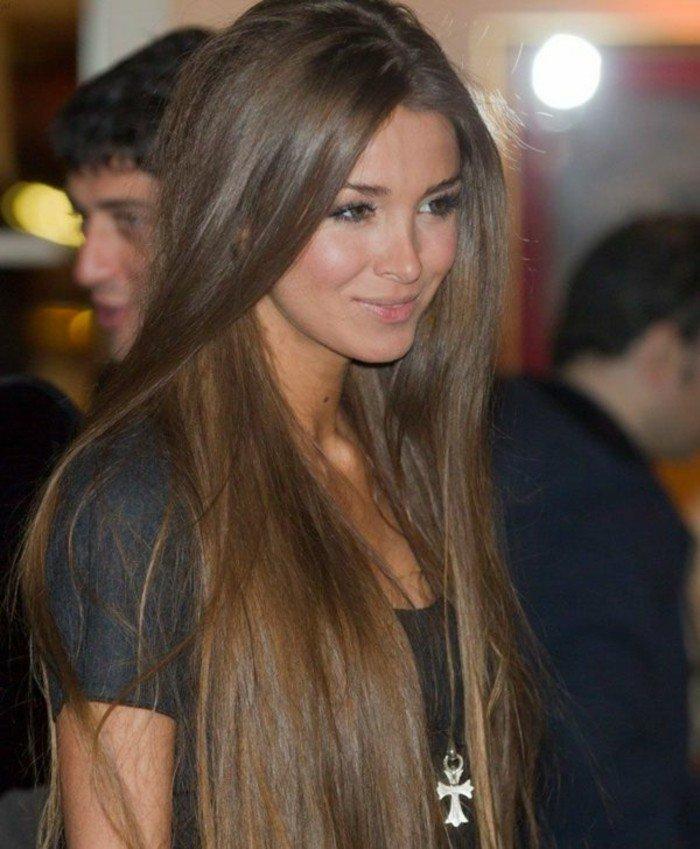 dunkelbraune haare, natürlicha haarfarbe schön stylen, langes haar gute pflege, lächelnde frau