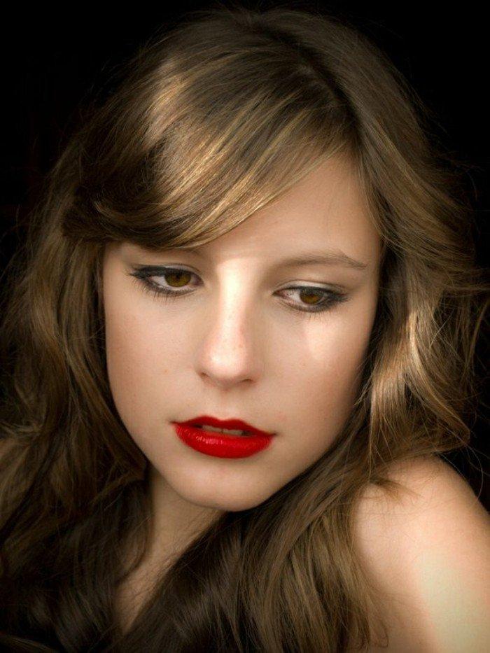 hellbraune haare mit blonden strähnen, klassischer look, dezentes augen make up, rote lippen, puder und rouge