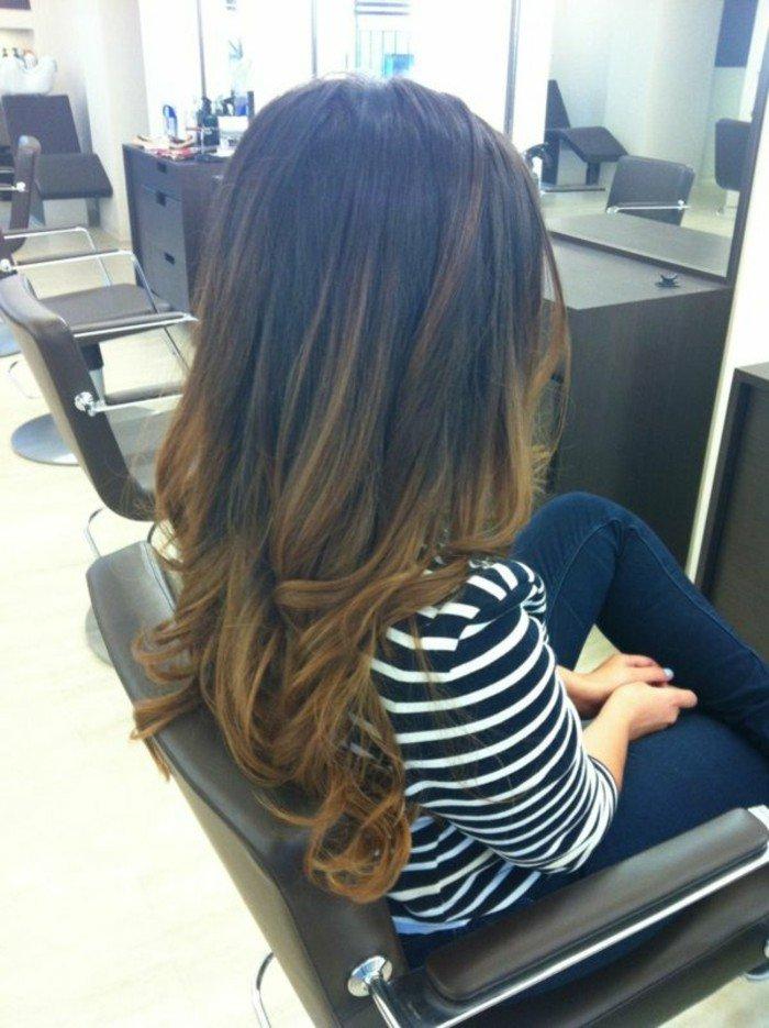 dunkelbraune haare, karamellfarbe spitzen, locken in den haaren mit dem glätteisen machen, gestreifte bluse