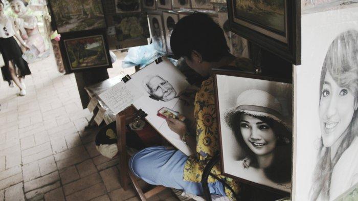 coole Bilder zeichnen, zwei Porträts von Mädchen, die ganz niedlich aussehen, der Maler zeichnet eine Omi